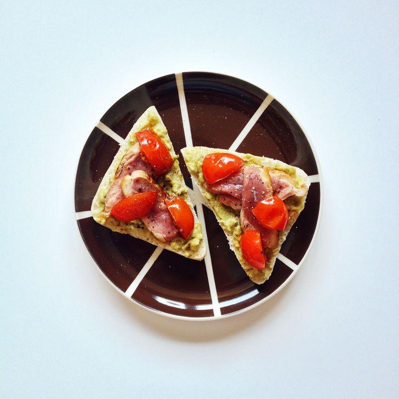 Tartines-canard-guacamole-tomates
